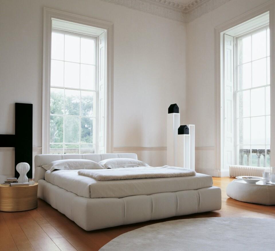 B&B Italia Tufty-Bed sänky vaalea
