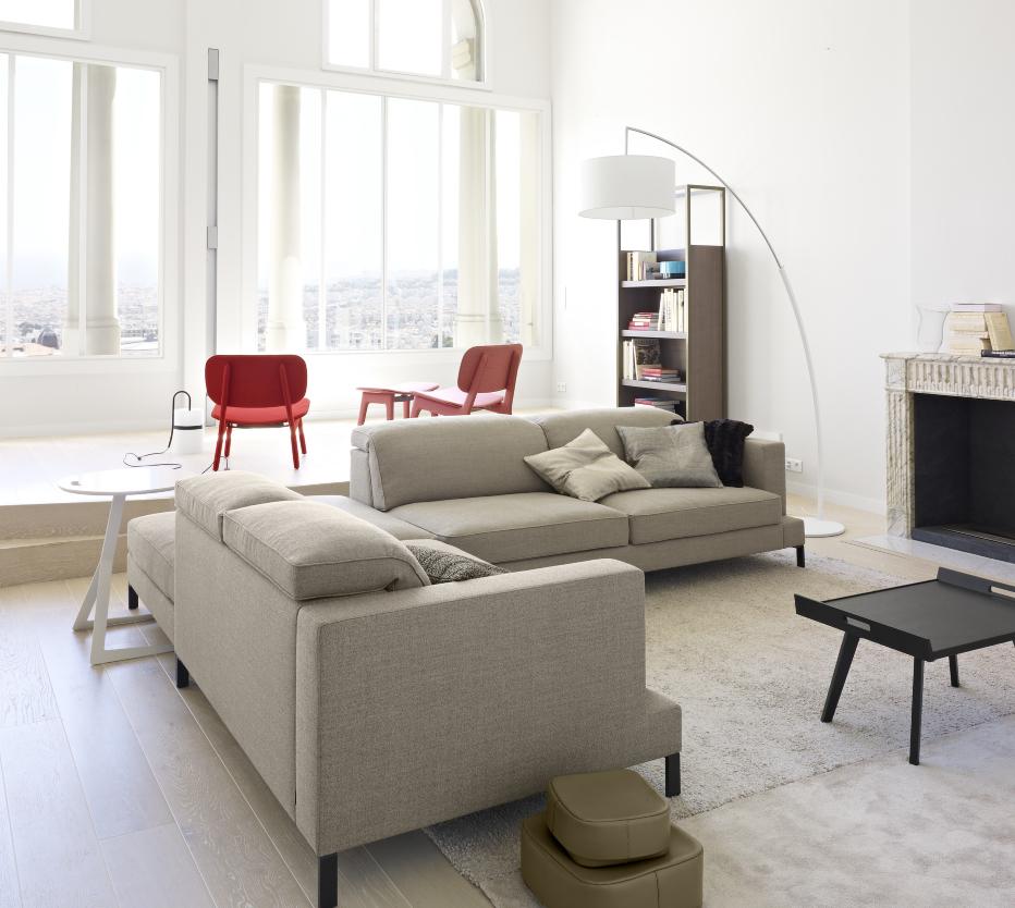 Ligne Roset Dimensions lattiavalaisinLigne Roset Dimensions-lattiavalaisin, edessä Lupo-sohvapöytä.