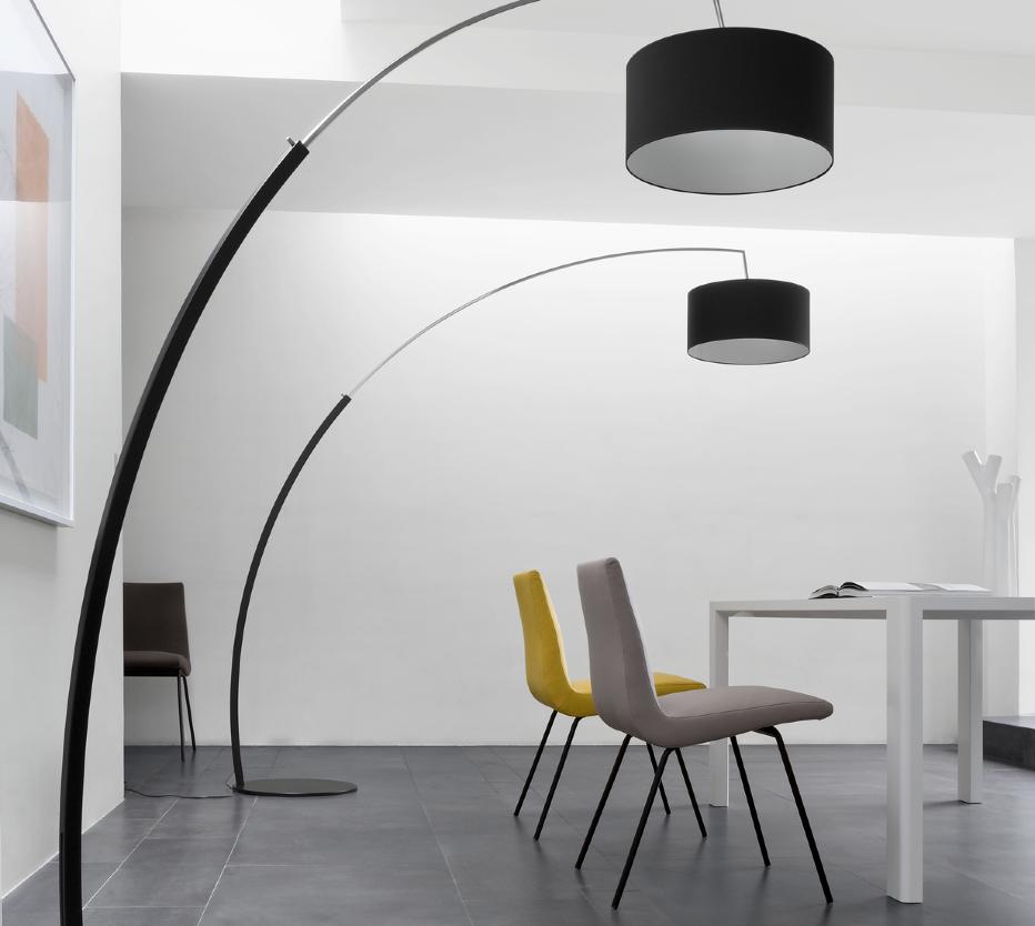 Ligne Roset Dimensions-lattiavalaisin ja TV-tuolit