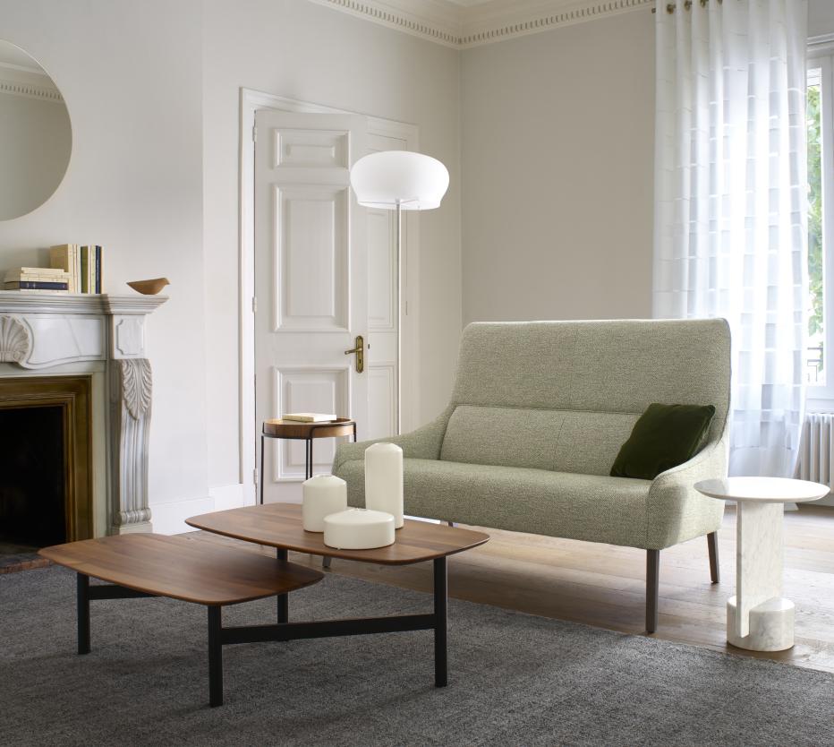 Ligne Roset Long Island -sohva, Pantographe-sohvapöytä, Durham-lattiavalaisin. Lisäksi kuvassa on marmorinen My dear ja puinen Mazargues-sivupöydät, takan päällä Kotori-koristelintu. Matto Fiber Wood.