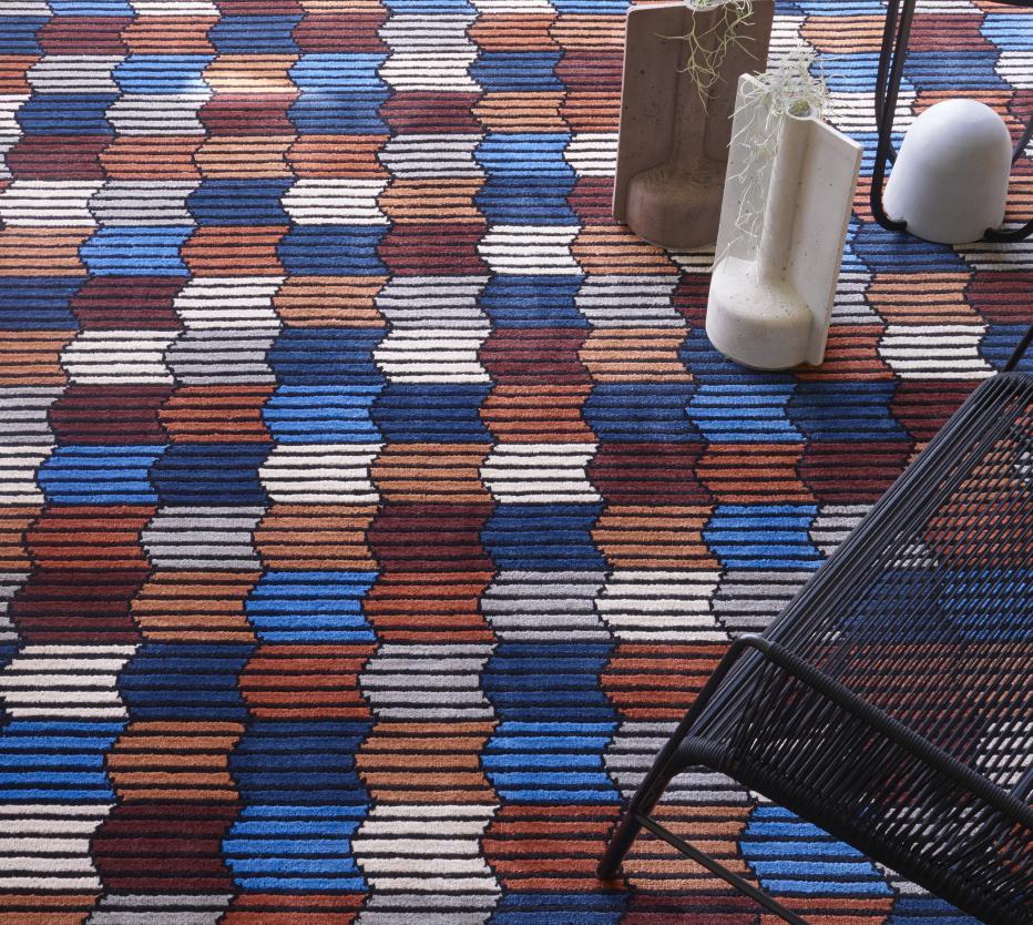 Ligne Roset Memoire d'une Trame -matto sinisenä ja betoniset Mold-vaasit