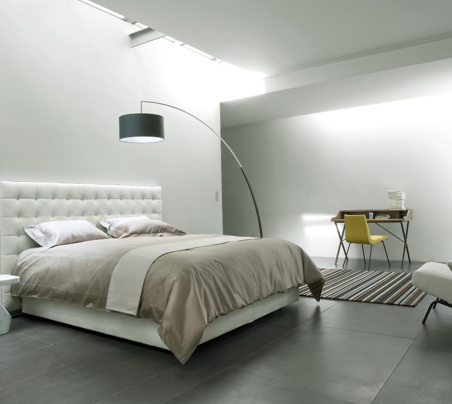 Ligne Roset Ursuline-työpöytä, Nador-sänky, Ursuline-työpöytä, perluette-tuoli