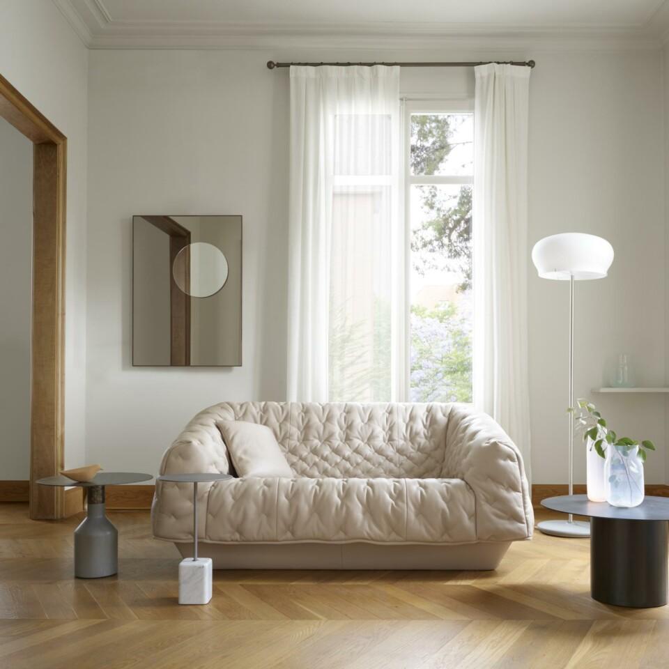 Ligne Roset Oxydation sivupöydät sopivat yhteen Cupidon pöydän kanssa. Kuvassa myös Cover-sohva nahkaisena, Demi-teintes-peili ja Durham-lattiavaisen