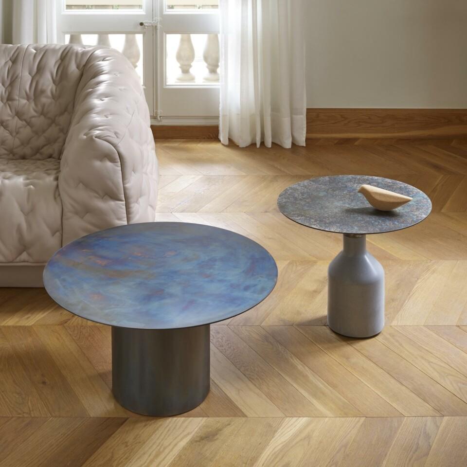 Ligne Roset Oxydation sivupöydät sarjapöytänä, kuvassa myös Kotori-koristelintu ja Cover-sohva nahkaisena