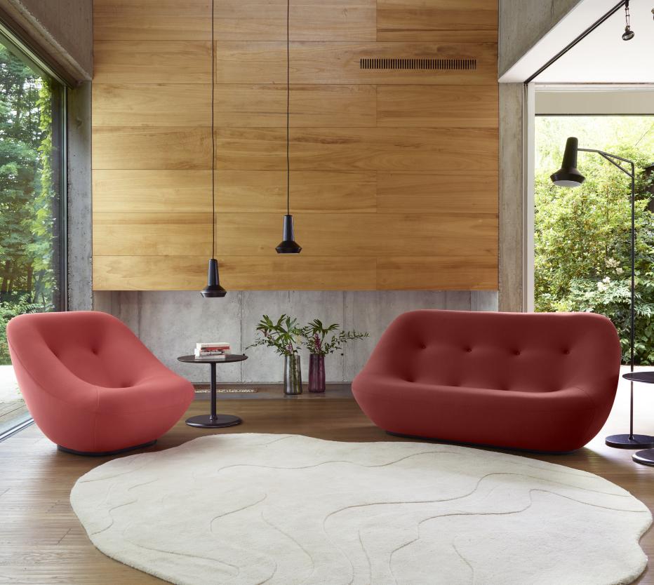 Ihana oleskelutila syntyy Ligne Roset'n Amis de Jean -valaisimilla, Bonnie-nojatuolilla ja -sohvalla, pehmeällä Gavrimis 3 -matolla, Car light -vaaseilla