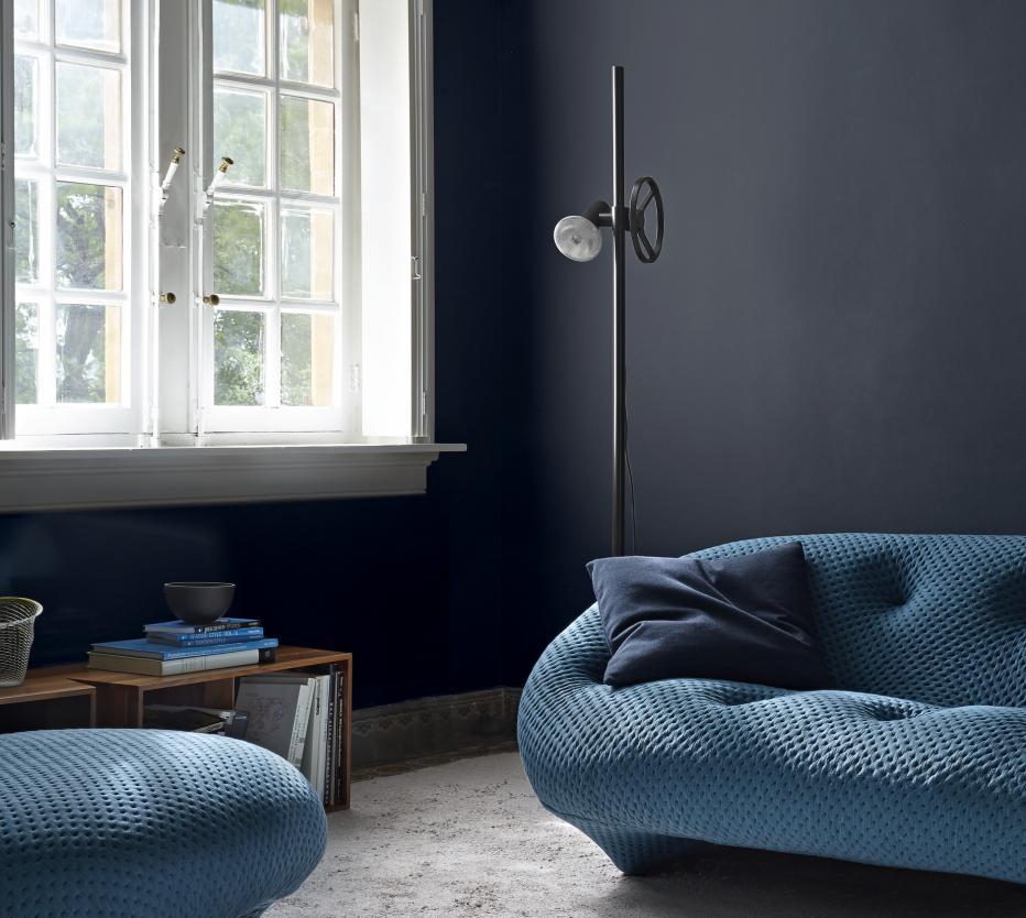Ligne Roset Ploum-sohva on saanut kaverikseen Atelier.valaisimen