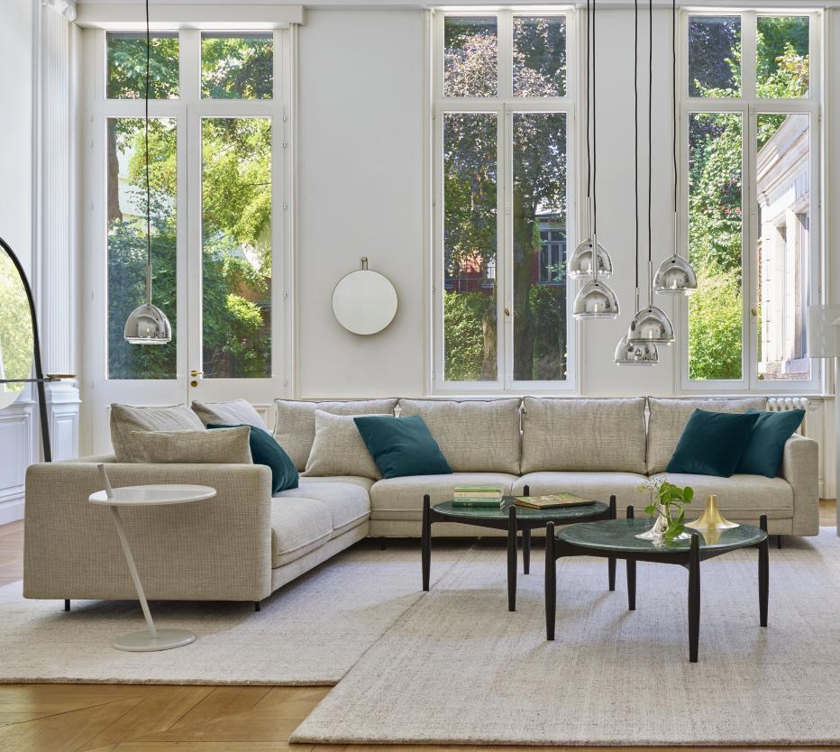 Ligne Roset'n tuotteilla loihdit harmonisen olohuoneen: Enki-kulmasohva, Good Evening -sivupöytä, Caffè-olohuoneenpöytä, Kaschkasch-maljakko, Sperl-peili, Chrome bell -valaisimet ja Fiber wood -matto