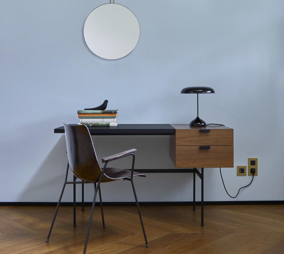 Ligne Roset'n tuotteilla luot viihtyisän työpisteen, kuvassa Tanis-työpöytä, Sperl-peili, Pájaros-koristelintu, Sitar-valaisin ja CM131-tuoli