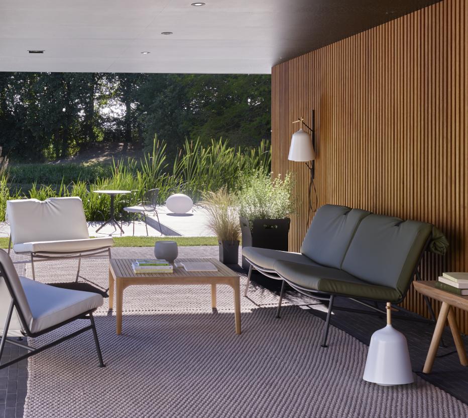 Etualalla Ligne Roset'n Backpack-nojatuoli ja -sohva, Elizabeth-pöytä, jolla on Coal-kynttilä. Lisäksi Giardinetto-kukkaruukut, Stickbench-penkki ja ROpe-matto. Taustalla Unbeaumatin-tuolit, Noomi-pöytä ja Globe indoor/outdoor -valaisin.