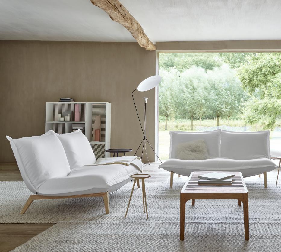 Ligne Roset Calin-sohvat, Persienne-kaappi, Solveig-lattiavalaisin, Elizabeth-sohvapöytä, Linden-pikkupöytä, Abbesse-kynttiläalusta, Karlson-maljakko