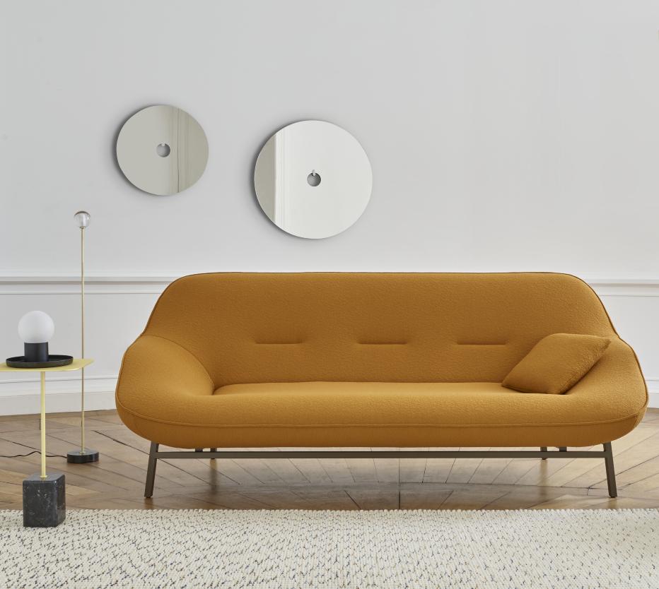 Ligne Roset Cosse-sohva, Calot-lattiavalaisin, Cupido-sivupöytä, jolla Campanule-pöytävalaisin ja taustalla Ura-peilit.
