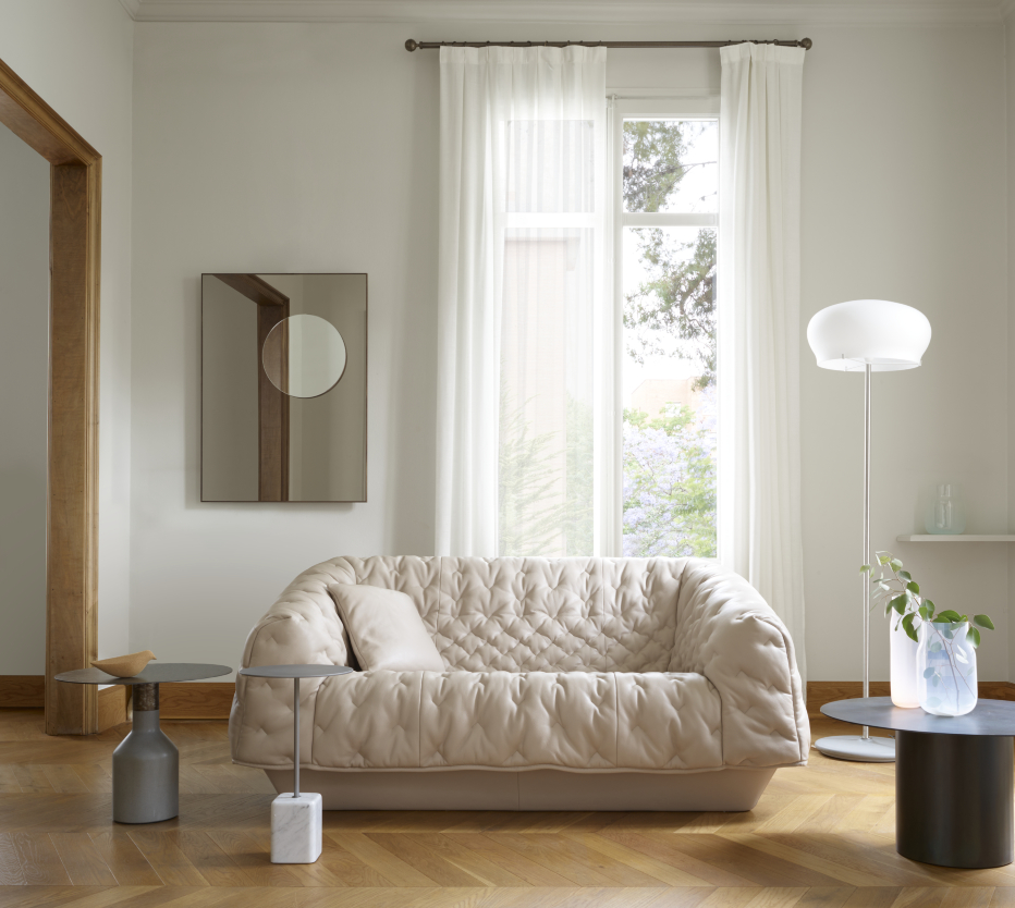 Ligne Roset Cover-sohva, Cupidon- ja Oxydation-pöydät, Durham-lattiavalaisin, Demi-teintes-peili, Kotori-koristelintu