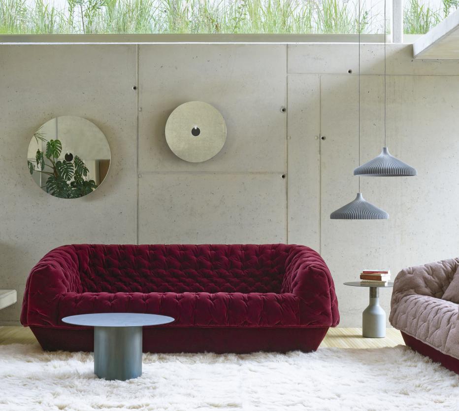 Ligne Roset Cover-sohva, Oxydation-sohvapöydät, Chali-villamatto, Calicot-riippuvalaisimet, Ura-peili