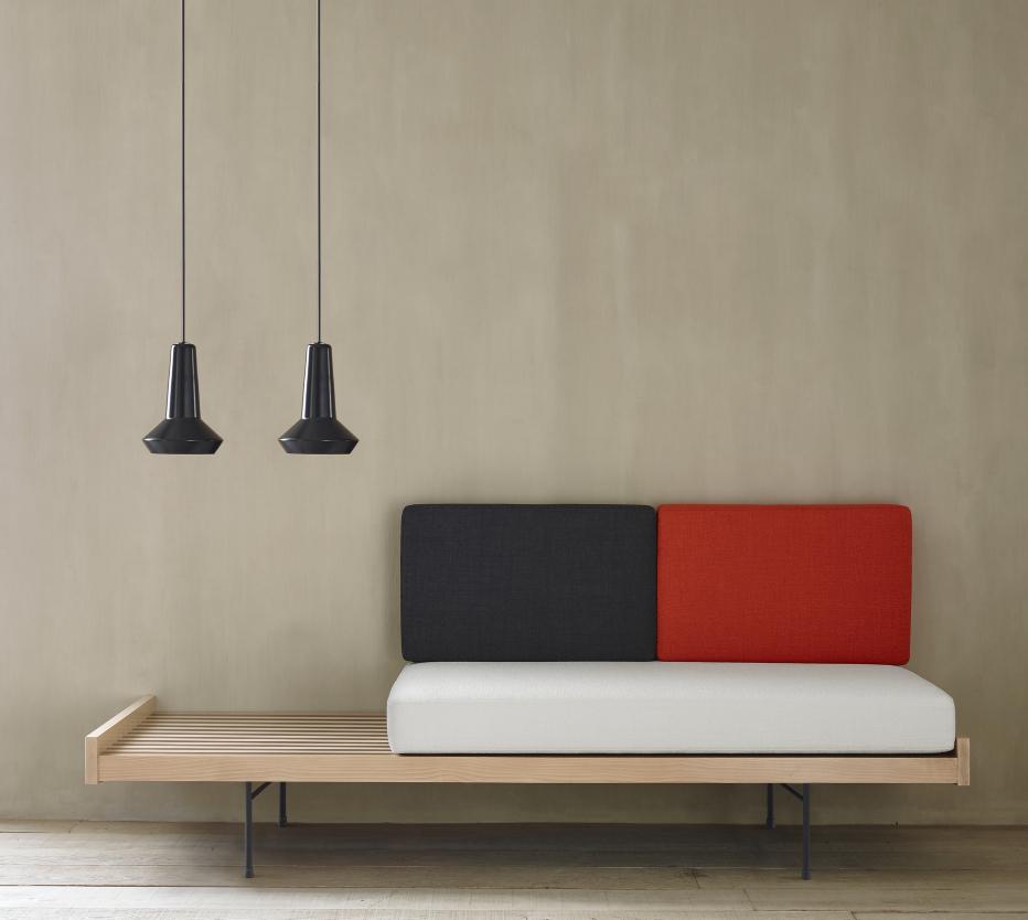 Ligne Roset Daybed-sohva muuntuu vierassängyksi. Kuvassa myös Amis de Jean -ripippuvalaisimet