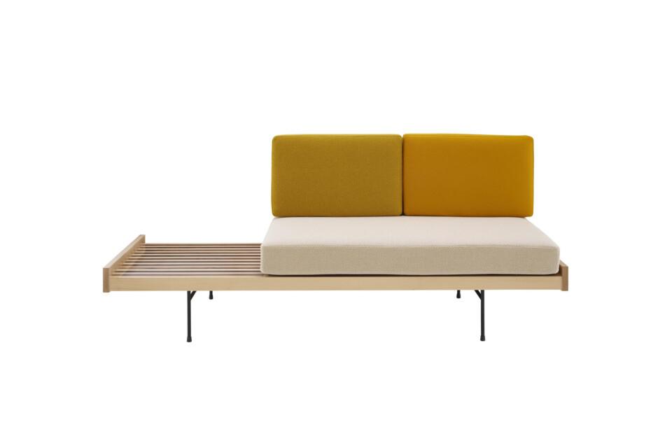 Ligne Roset Daybed sohva ja penkki metallijaloilla