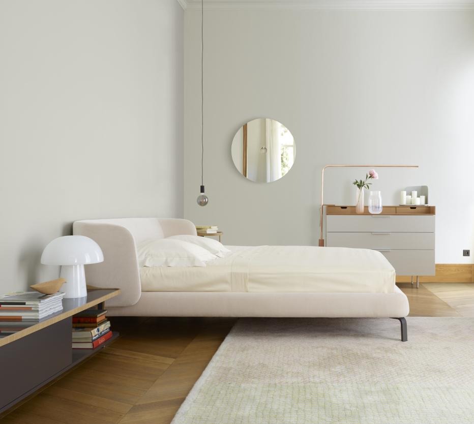 Ligne Roset Desdemone-sänky, Everywhere-lipasto, jolla on Quille-pöytävalaisin, Karlos-kynttiläalusta. Seinällä Ura-peili, Cylinder-riippuvalaisin. Etualalla Chantal-pöytävalaisin ja Kotori-koristelintu