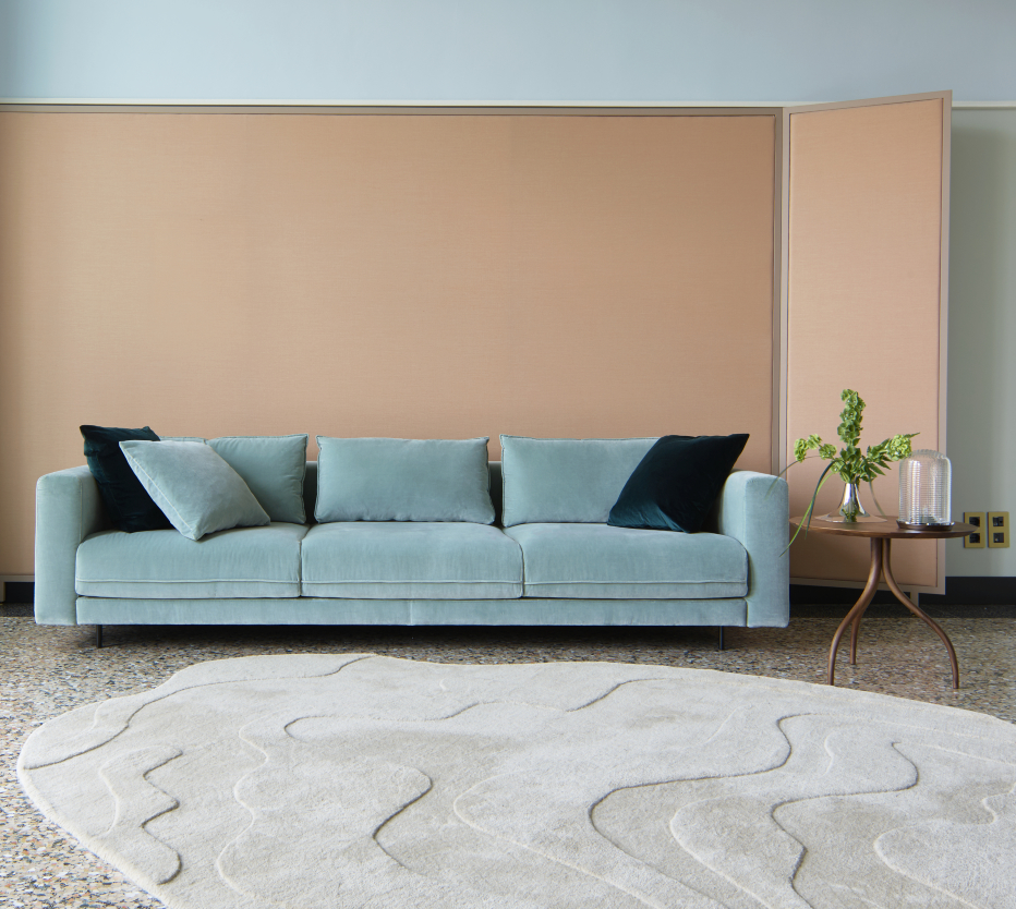 Ligne Roset Enki-sohva, Gavrinis 3 -matto, Thot-sivupöytä, Kaschkasch- ja Car light -maljakot