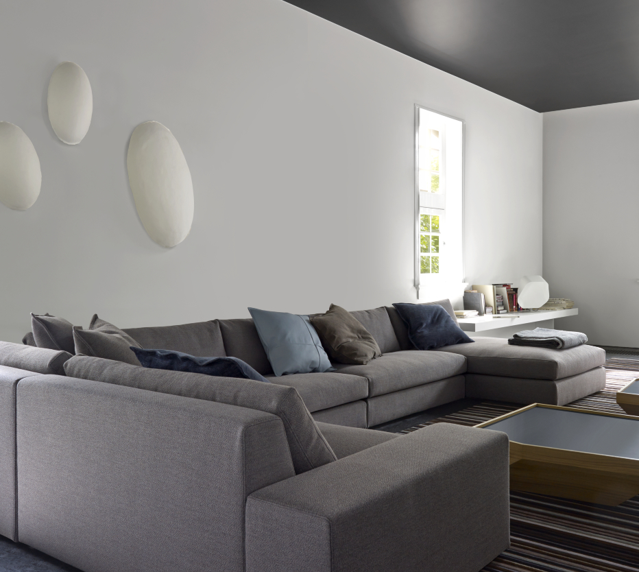 Ligne Roset Exclusif-sohva ja Estampe-sohvapöytä