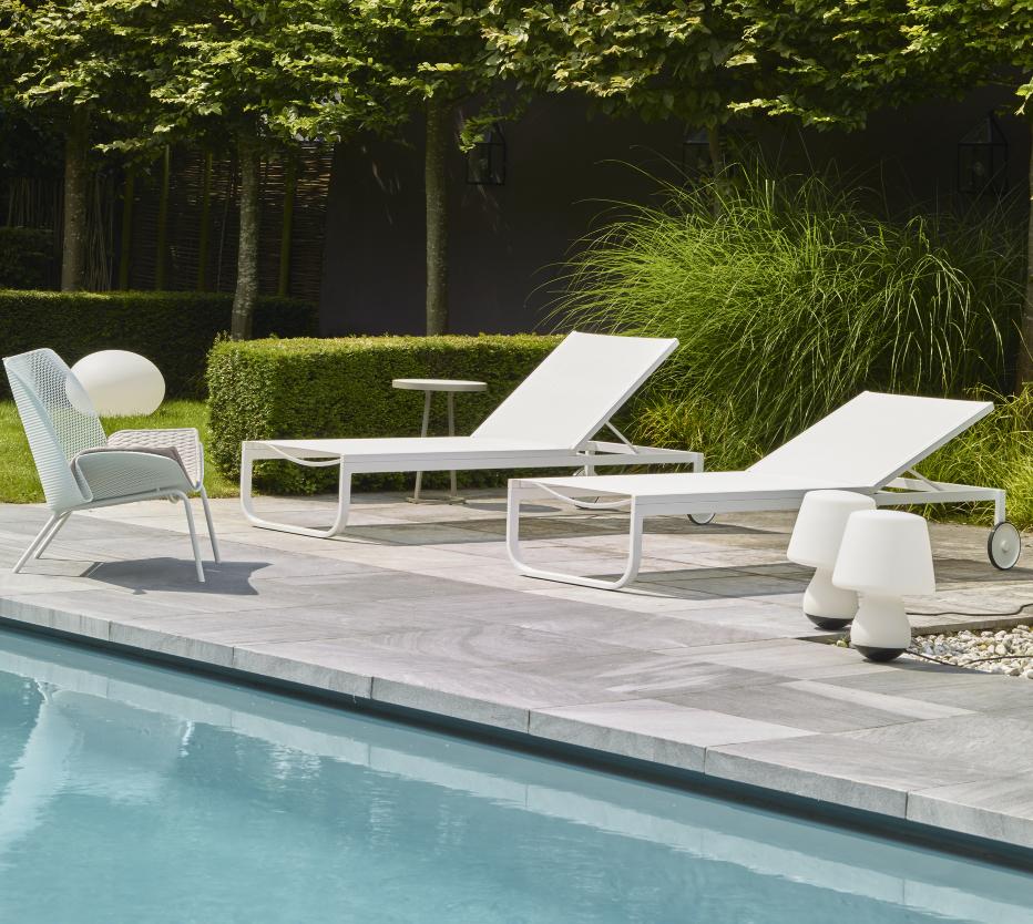 Ligne Roset Grillage-tuolit, Lettino-aurinkotuolit, Mushroom-ulkovalaisin, Globe indoor/outdoor-valaisin, Circles-pikkupöytä