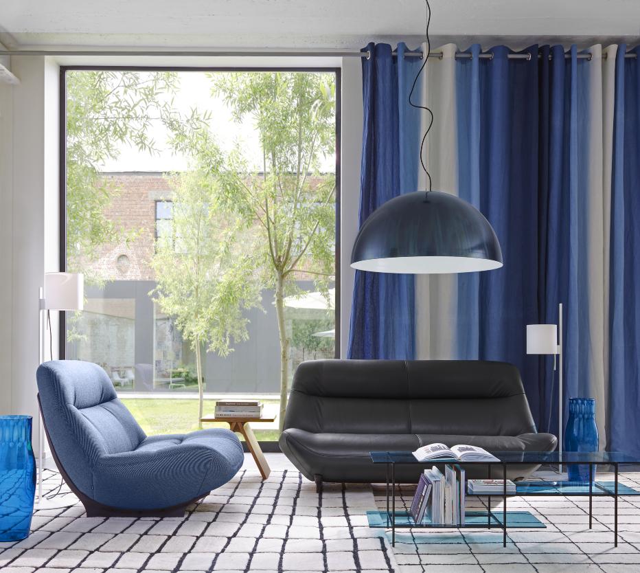 Ligne Roset Manarola-sohva ja -nojatuoli, Quadric-villamatto, Luna Rossa-kattovalaisin, Magnet lamp -lattiavalaisimet, Samouraï-vaasi, Black & Blue -sohvapöytä
