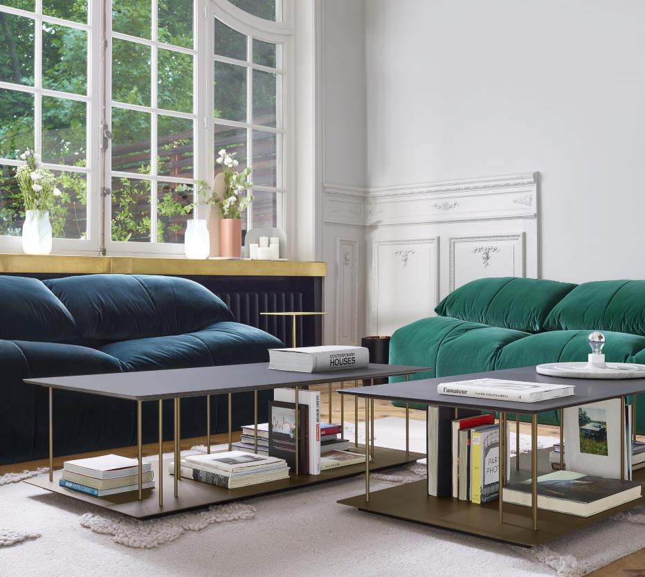 Ligne Roset Plumy-sohvat, Alleluia-sohvapöytä, Robin-matto, Karlos-maljakko
