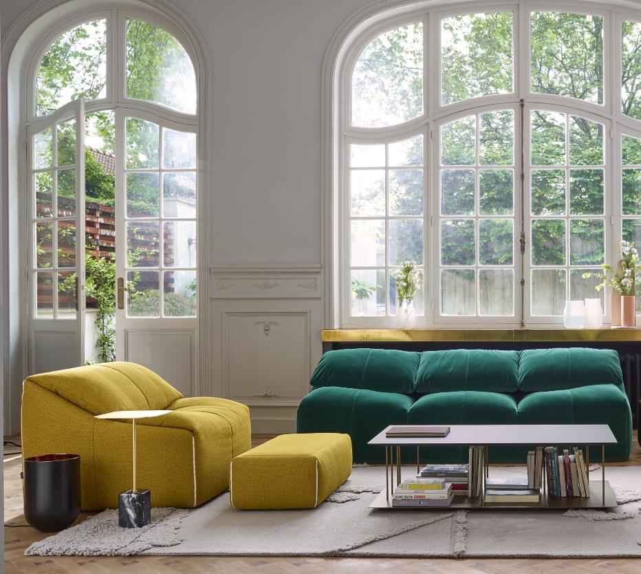 Ligne Roset Plumy-sohvat, Alleluia-sohvapöytä, Cupido-sivupöytä, Robin-matto, Karlos-maljakko