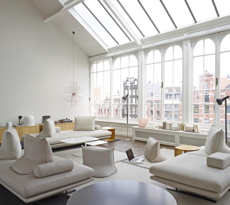 Ligne Roset Prado-sohva, Parachute-kattovalaisin, Phantom-maljakko, Campanule-pöytävalaisin, Amis de Jean-lattiavalaisin ja Oda-sivupöytä