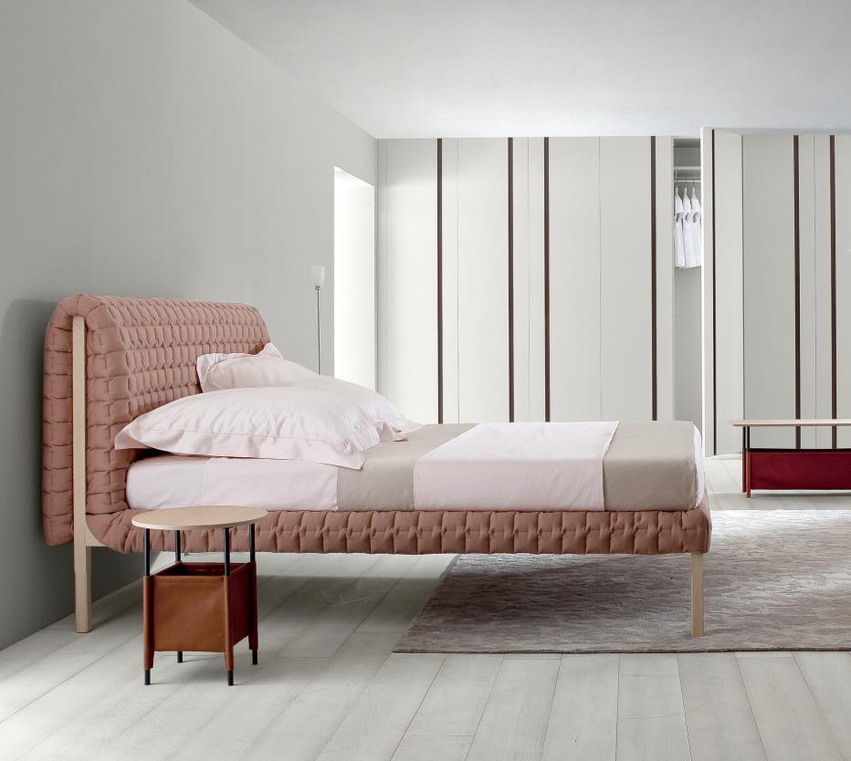 Ligne Roset Ruché-sänky ja yöpöytä, Soft et doux -matto
