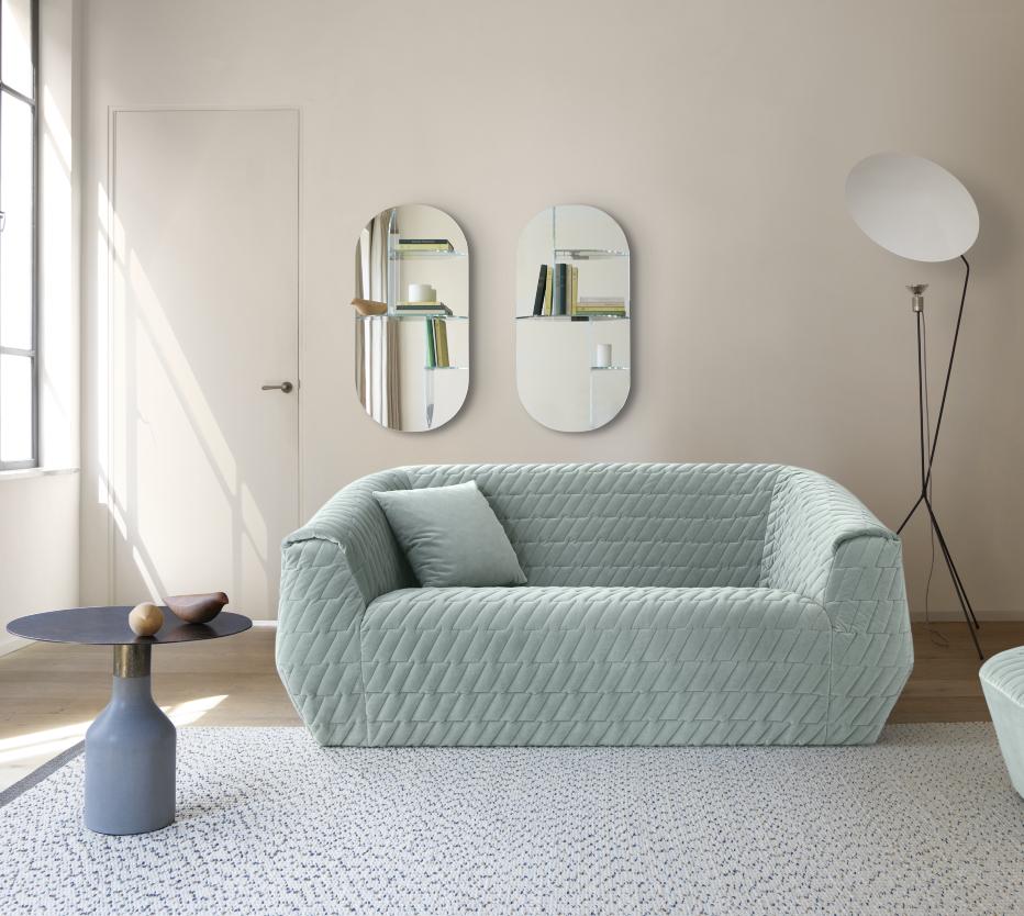 Ligne Roset Uncover-sohva, Oxydation-sivupöytä, Kotori-koristelinnut, Rue d'hauteville -matto, Millefeuille-peilit