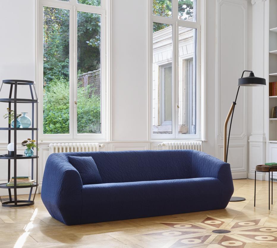 Ligne Roset Uncover-sohva, Spok-lattiavalaisin, Babele-hylly, jolla on Lundi 22/02 -maljakko, Coupole-pöytävalaisin